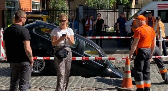 В центре Риги две машины провалились под тротуар